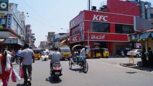 Ein roter Fleck am Ende der Straße