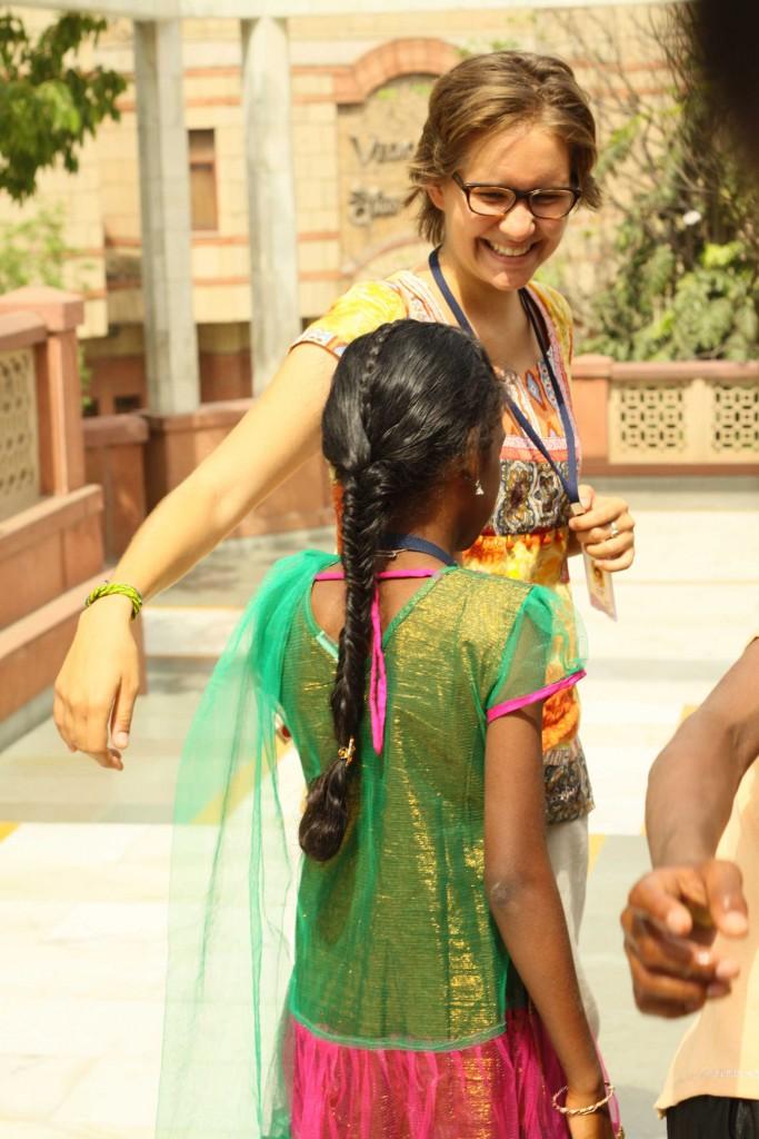 Luise-mit-Schuelerin-in-Delhi